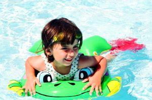 speelgoed voor kinderen in zwembad